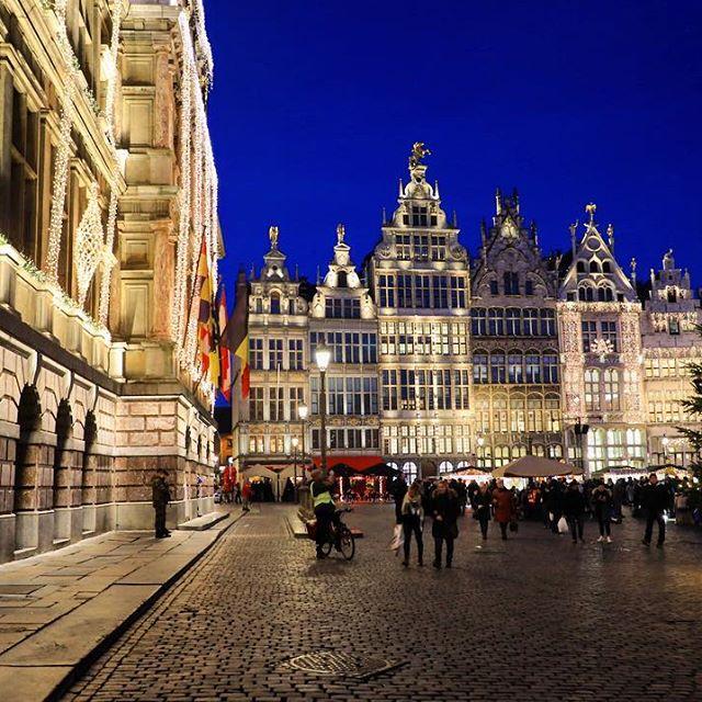 Hoe mooi is de Grote Markt van Antwerpen wel niet tijdens de feestmaand? #kerstmis #kerstinantwerpen #grotemarktantwerpen #antwerpen #visitantwerp #winterinantwerpen