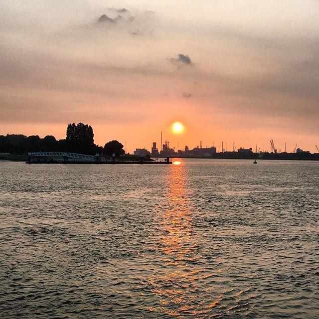 zonsondergang boven de Antwerpse haven vanaf Bocadero #bocadero #sunset #antwerpen #antwerp #haven #zonsondergang #summer #summer2016 #portofantwerp #schelde