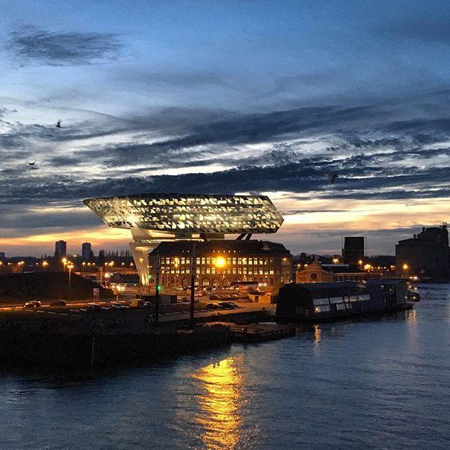 Amaai… het nieuwe Havenhuis zag er vanavond na zonsondergang wel heel mooi uit #havenhuisantwerpen #antwerpen #visitantwerp #urbanphotography #havenvanantwerpen